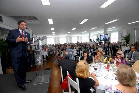 Aécio Neves durante discurso no almoço da Fecomércio